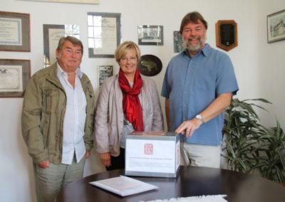 Spendenübergabe durch Frau Vollrath und Herrn Rehbein an den Schulleiter Clemens Festag