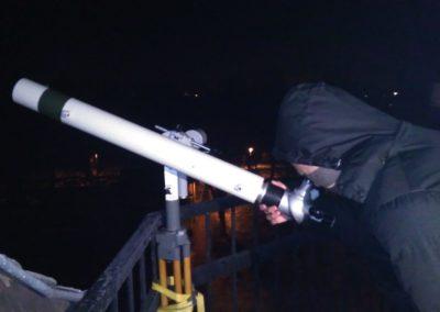 Beobachtung auf der Plattform mit Fernrohr