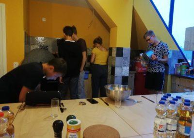 Viele Köche verderben das Küchenmädchen.